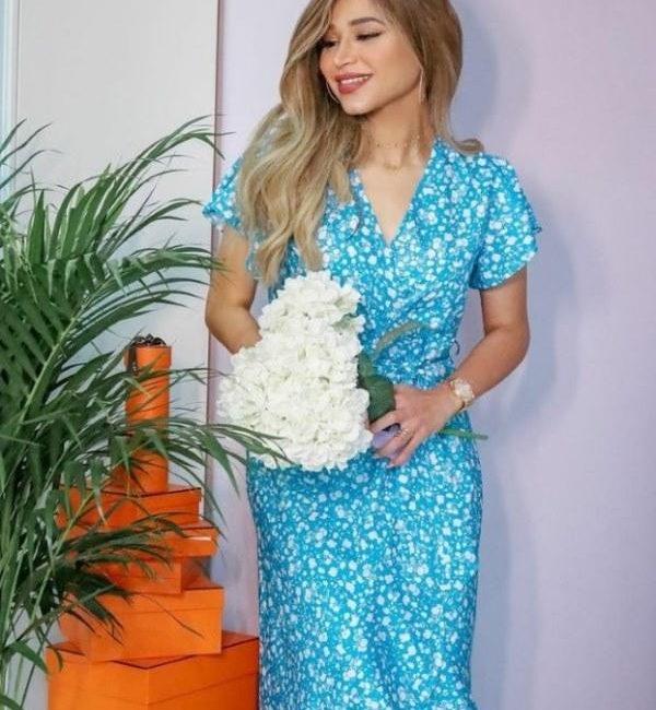 فستان نهى نبيل باللونين الأبيض والأزرق
