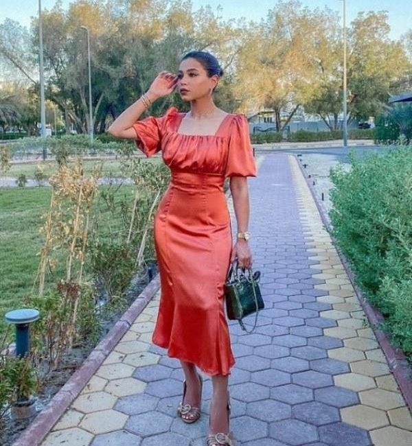 فستان نهى من الساتان الأحمر
